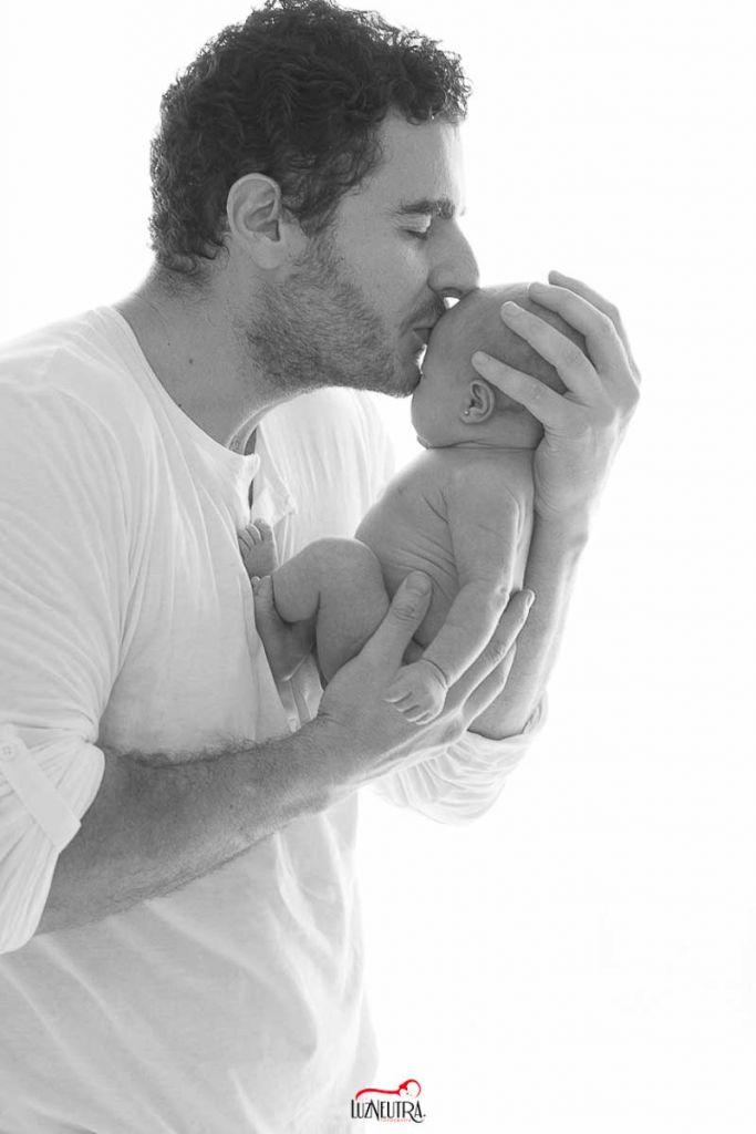 Fotos de un bebé recién nacido y su papá en Sevilla