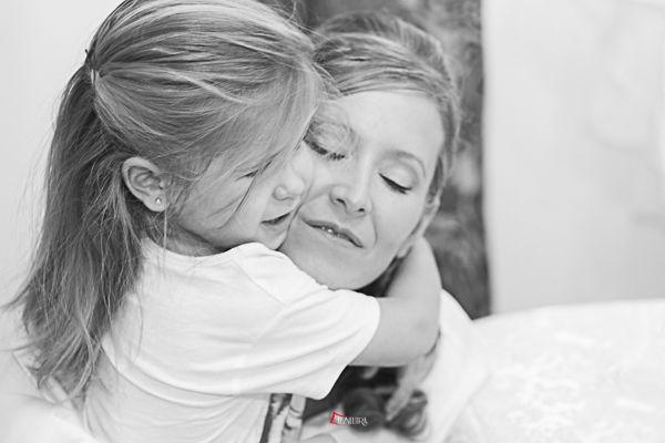 abrazos de su hija a su madre vestida de novia