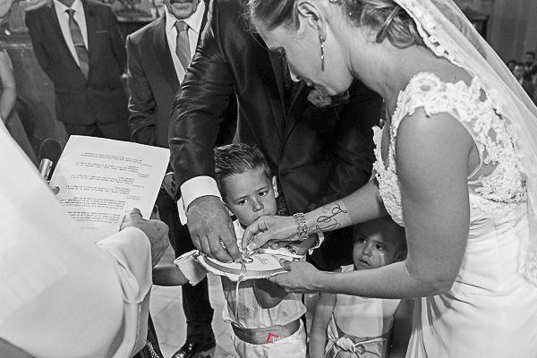 el momento especial de ponerse las alianzas de boda