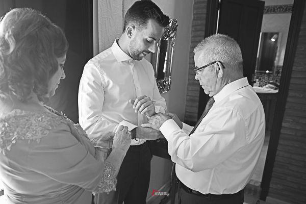 El novio preparándose con ayuda de su padre