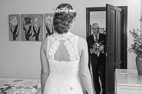 el padre de la novia entrega el ramo a su hija