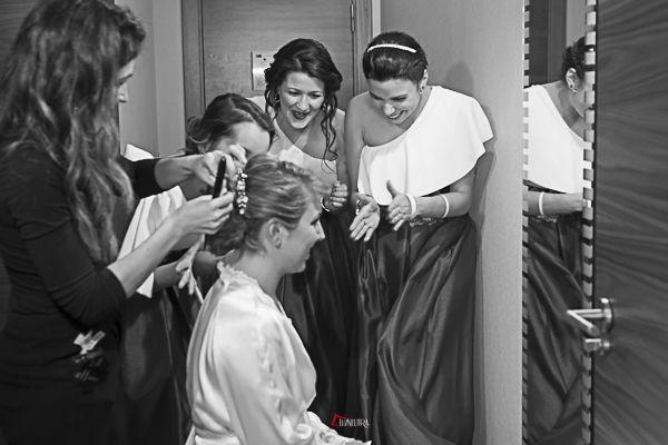 los preparativos de la novia rodeada de amigas