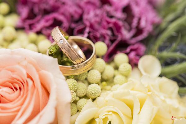 Ramo de novia y anillos de boda