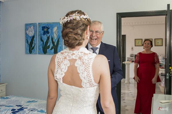 el padre de la novia emocionado