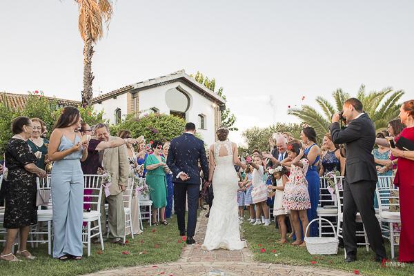 el arroz y las flores, un momento especial de todas las bodas