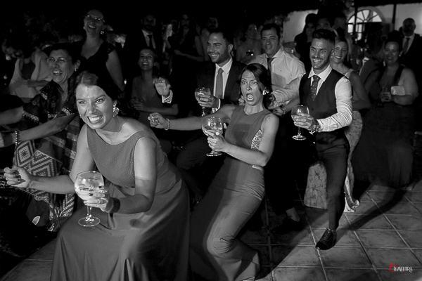 un momento divertido de la fiesta de boda