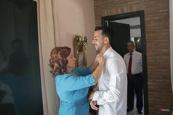 momentos previos del novio antes de casarse con la madrina de la boda