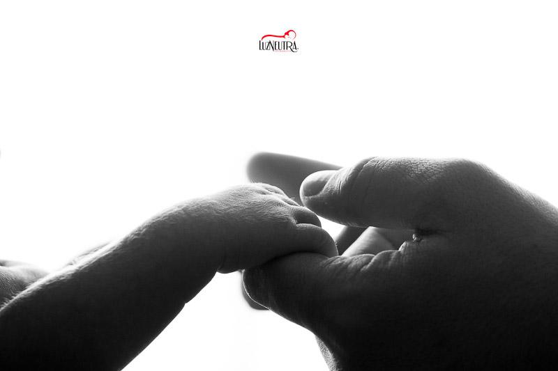 En blanco y negro o a color, las mejores fotos de tu bebé en Sevilla te las hará Luz Neutra Fotografía