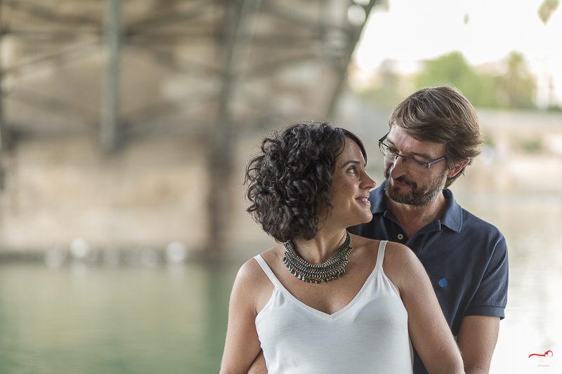 Sesión de fotos de embarazo en Triana Sevilla con Luz Neutra como fotógrafos