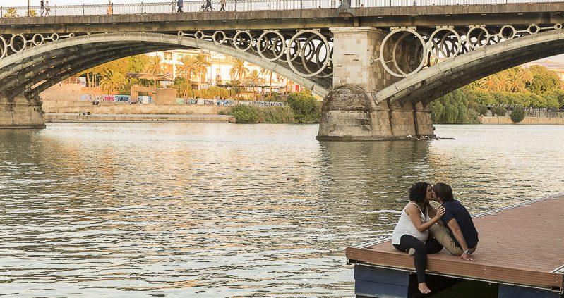 fotos de embarazada en el puente de Triana (Sevilla) Luz Neutra Fotografía