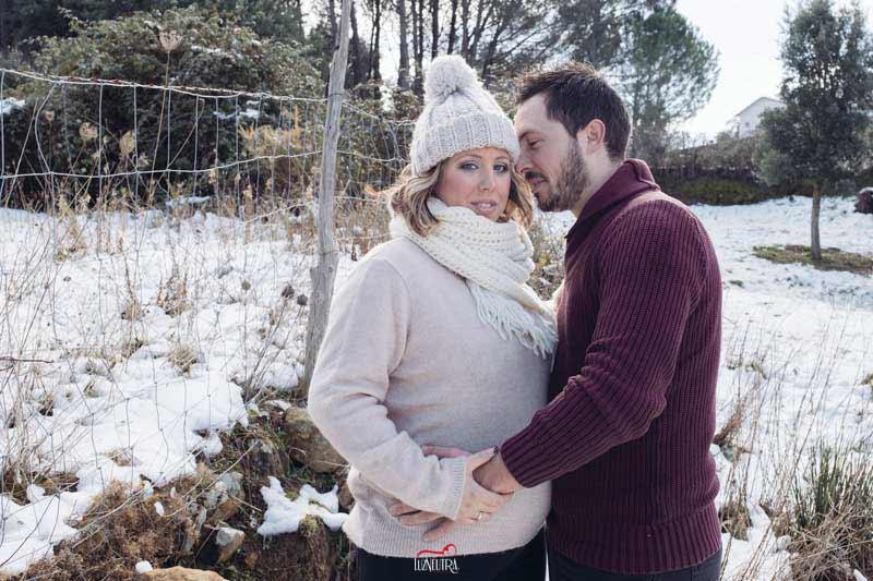 Fotos de embarazada en la nieve, en el campo. Luz Neutra Fotografía Sevilla. Reportajes de embarazada en el campo