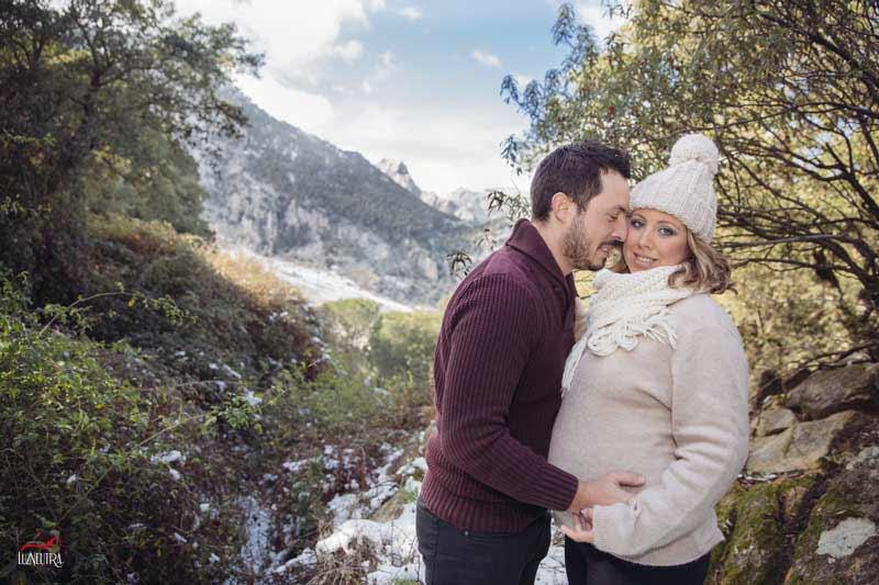 sesión de fotos de embarazo en exteriores en Sevilla, fotos de invierno, en el campo