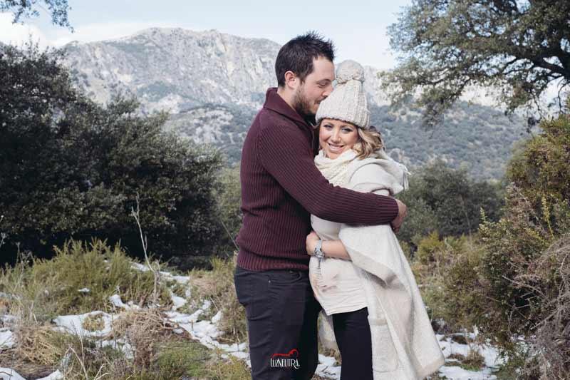 Sesiones de fotografía de embarazo en la nieve, en el bosque. Luz Neutra Fotografos Sevilla. Sesiones de embarazada en el campo