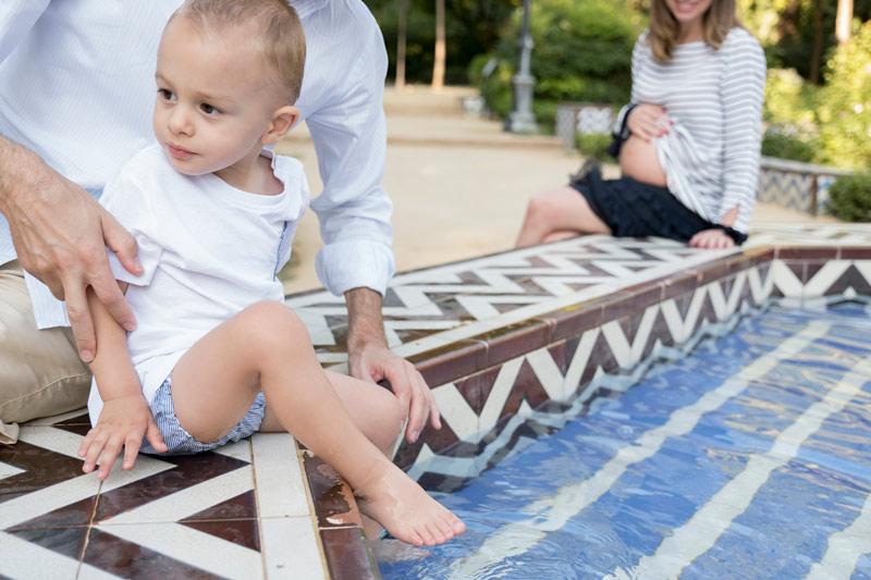 sesión de fotos en el parque M Luisa de embarazo y hermano mayor