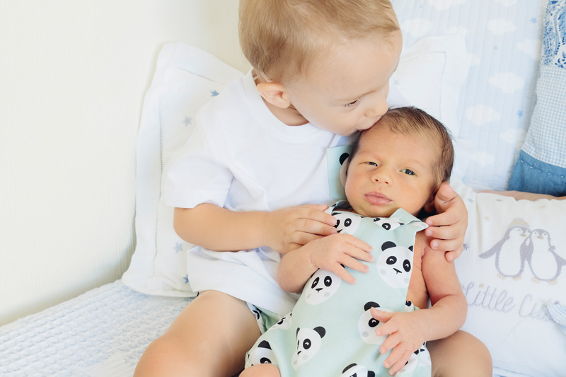 sesiones de fotos con hermanos y recién nacidos en Sevilla