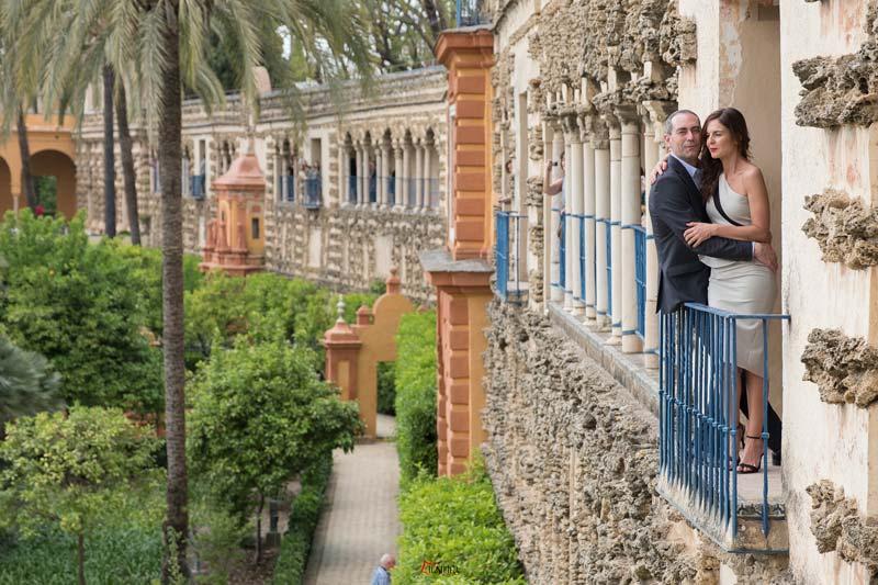 fotos de pareja celebrando su boda en sevilla romanticas Alcázar de Sevilla