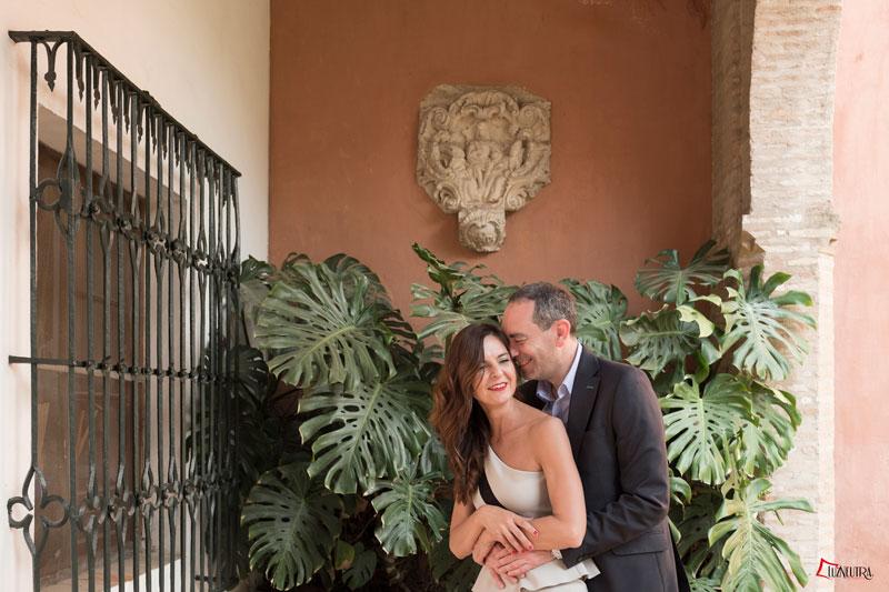 fotos naturales de pareja de bodas en alcazar de sevilla