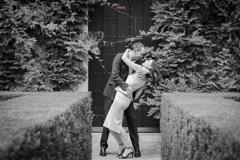 imagenes de boda naturales en blanco y negro en alcazar de sevilla