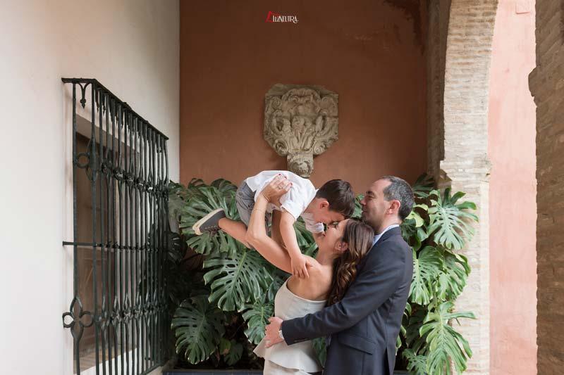 fotos de familia naturales y alegres en alcazar de sevilla