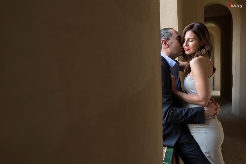 las romanticas fotos de boda de una pareja en Alcazar de Sevilla