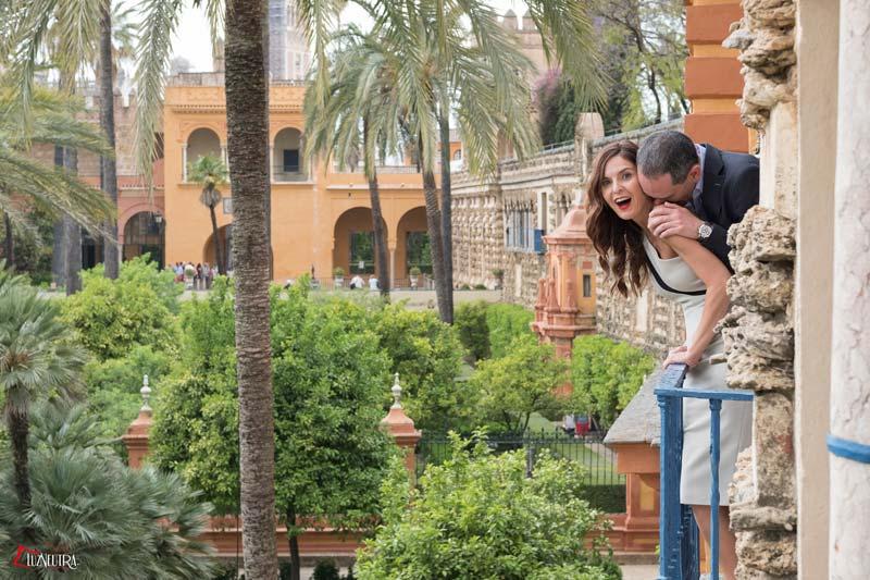 las simpáticas fotos de boda de una pareja en Alcazar de Sevilla