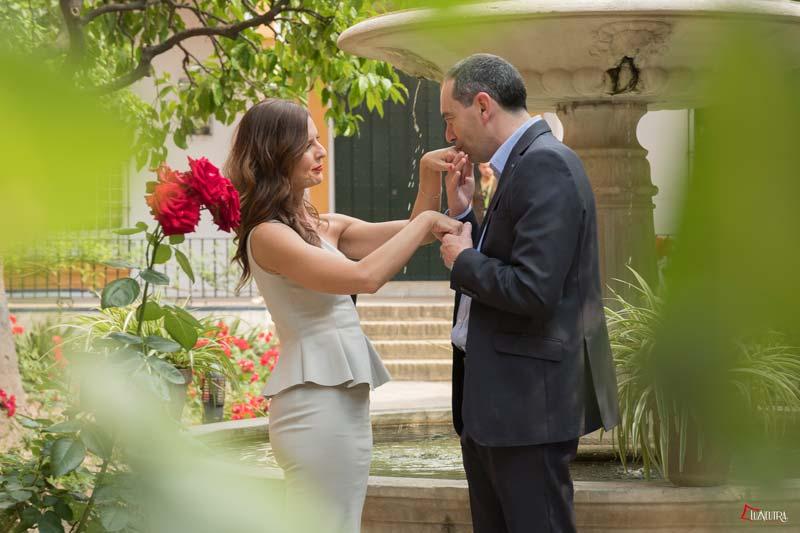 cariñosas fotos de boda de una pareja en Alcazar de Sevilla